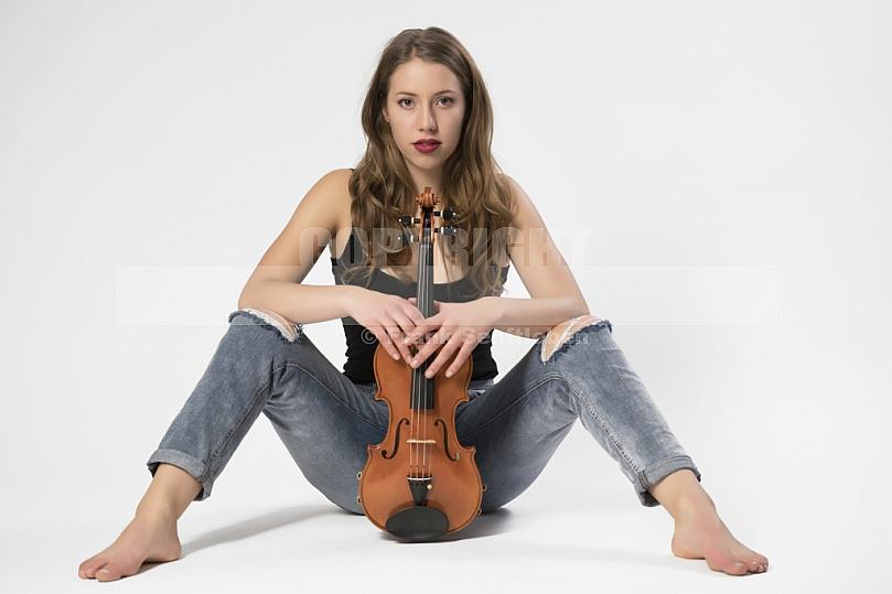 Rotes Sofa Frau mit Geige